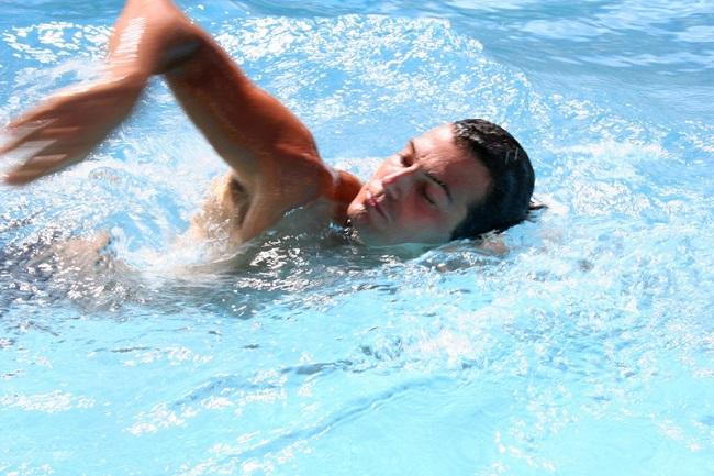 Bơi lội mỗi ngày- lời khuyên giúp nam giới tránh xa yếu sinh lý